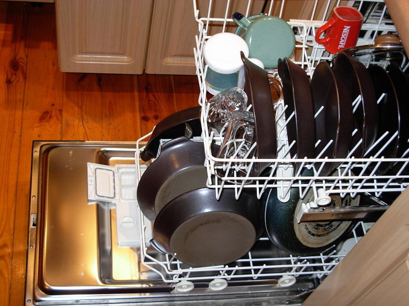 1024px-Dishwasher_with_dishes.JPG