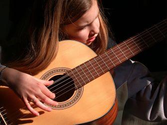 640px-Guitarist_girl.jpg