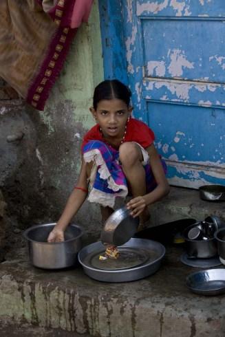 Mumbai_Washing_Dishes_on_the_Street_(2649628626).jpg